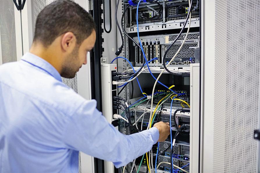 devenir technicien informatique   formation et salaire